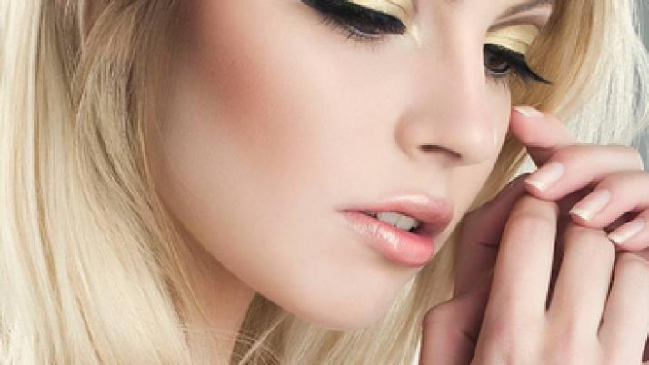 Make up for gold dress